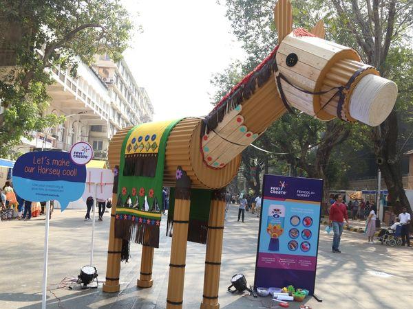 फेविक्रिएटने काला घोडामध्ये केले 10 फूट उंच फेविकोल A+ घोडाचे अनावरण
