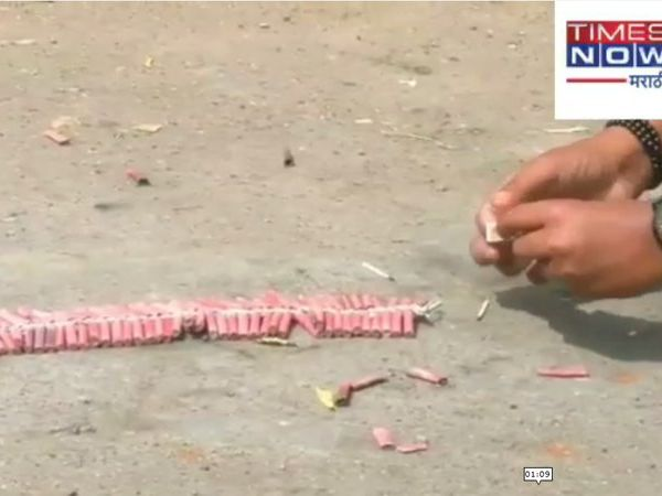 after the victory of arvind kejriwal played firecrackers in the ralegan siddhi