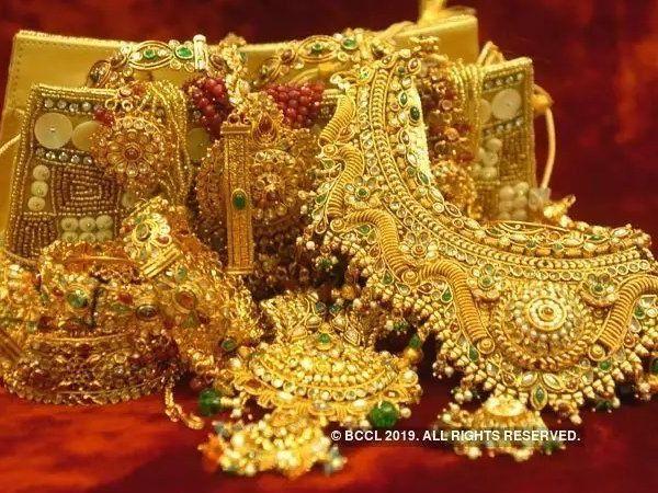 gold price fall down silver rate today diwali mumbai delhi sarafa bazar  jewelers business news marathi