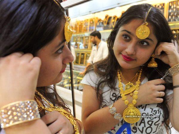 gold rate today 25 october dhanatrayodashi diwali mumbai delhi sarafa bazar business news marathi
