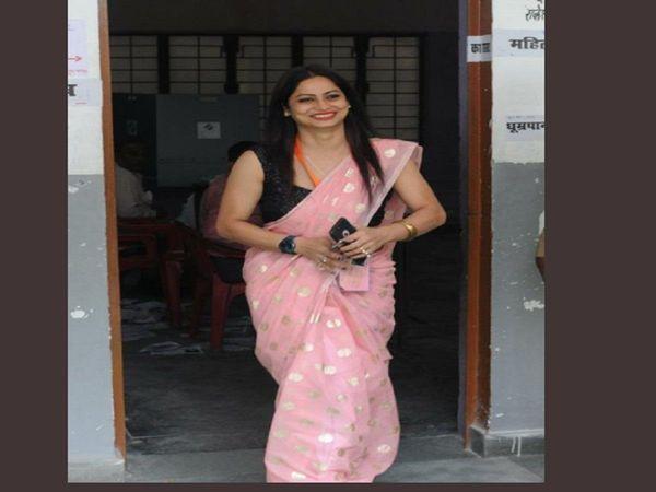 polling officer reena dwivedi photos again viral on social media